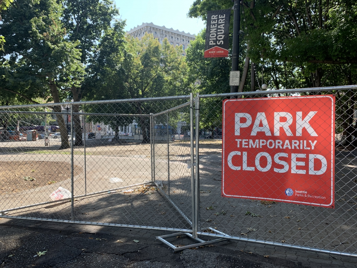City Hall Park was closed Friday, Aug. 13, after city contractors moved over 60 unhoused park residents out of the area. Photo by Hannah Krieg