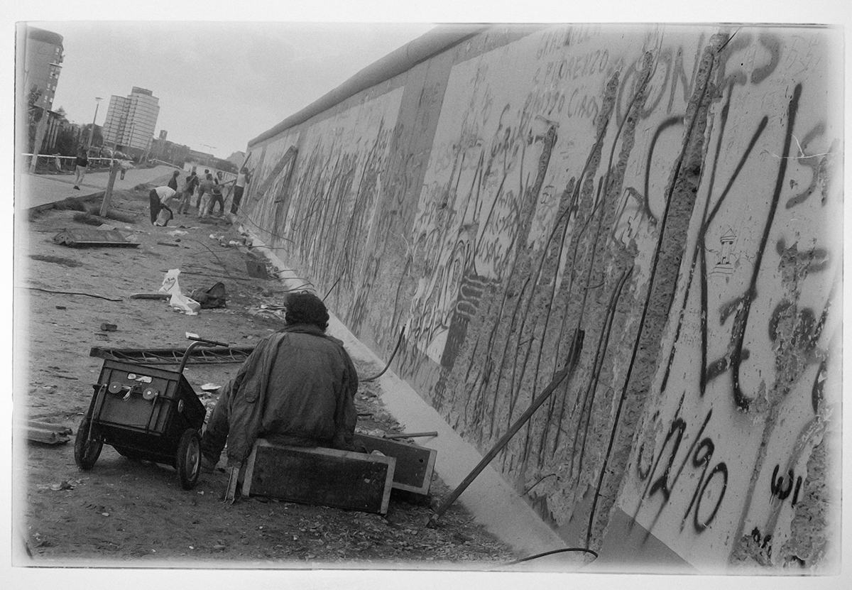 In 1990, barely half a year after the opening of the border, Hinz & Kunzt photographer Mauricio Bustamante drove to East Berlin to take pictures of the remains of the Berlin wall.