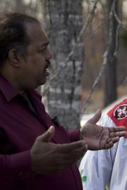 Anti-racist activist Daryl Davis talks with a Klan member at a rally in Missouri. Photo courtesy of Daryl Davis