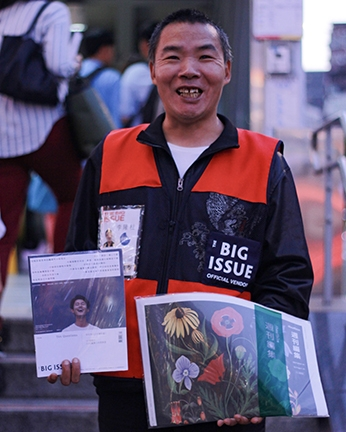 Long-Zhu Li sells Big Issue Taiwan