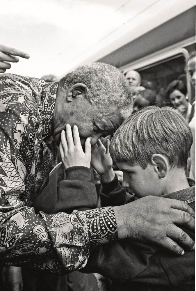 In 1997, to celebrate the Blue Trainís multimillion-rand revamp, Mandela invited heads of state and celebrities aboard its maiden trip. During a layover in Worcester, Mandela met visually impaired 13-year-old Willem Venter who reached out to identify his